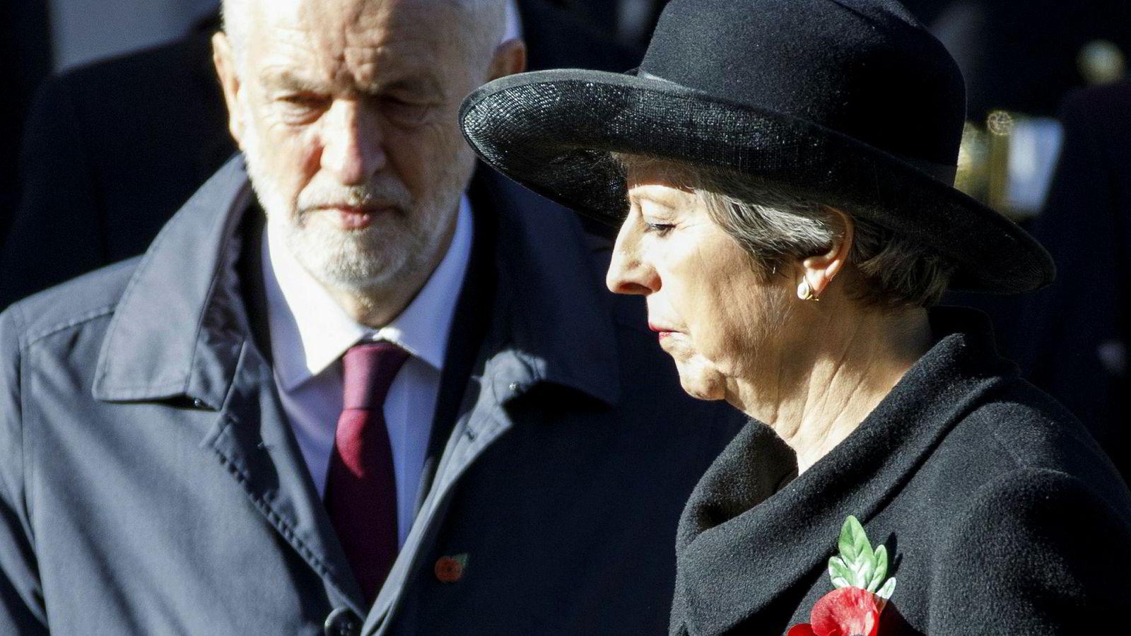 opposisjonsleder Jeremy Corbyn og statsminister Theresa May under søndagens 100-årsmarkering for slutten av 1. verdenskrig.