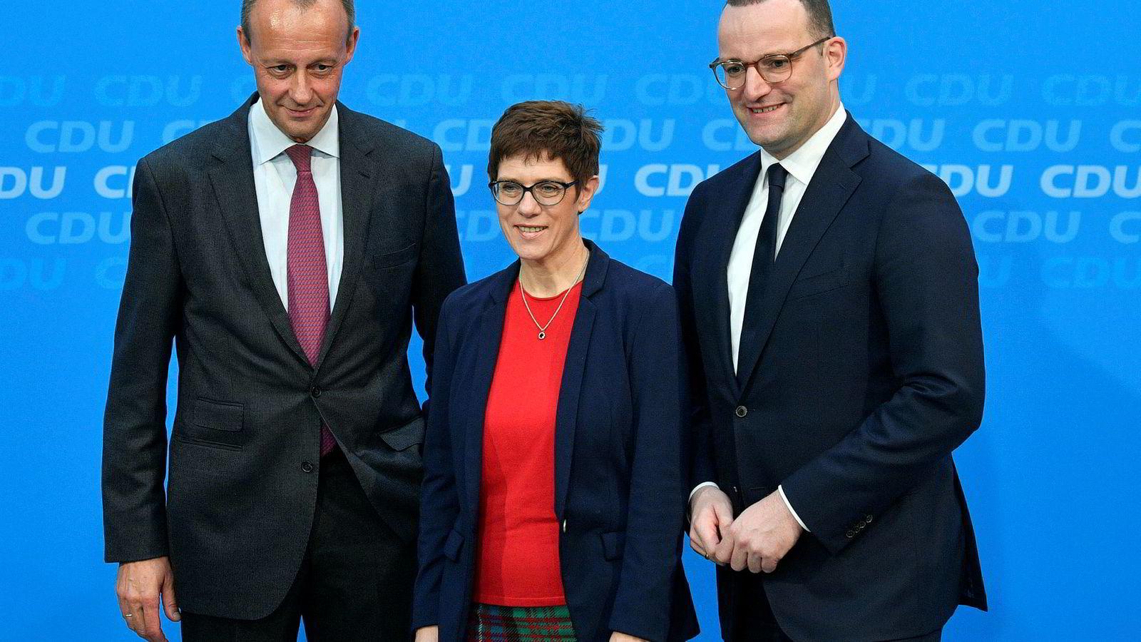 Hvem skal ta over som leder i partiet Angela Merkel har styrt i nær 20 år. Den som vinner har også gode sjanser for å bli forbundskansler og dermed Europas mektigste politiker. Her aktuelle kandidater (fra venstre) Friedrich Merz, Annegret Kramp-Karrenbauer og Jens Spahn.