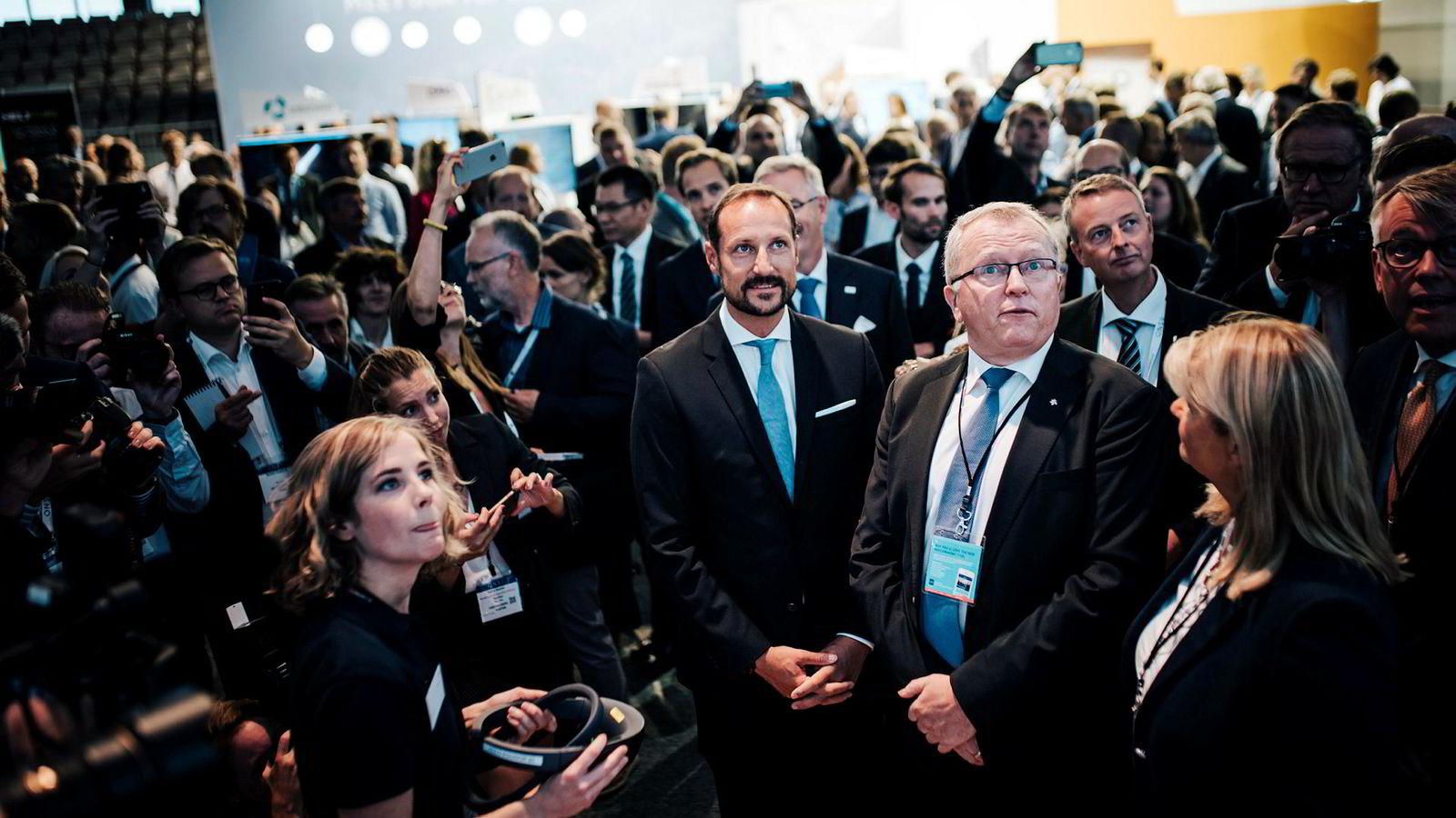 Kronprins Haakon besøkte Equinors stand og konsernsjef Eldar Sætre under oljemessen i Stavanger mandag.