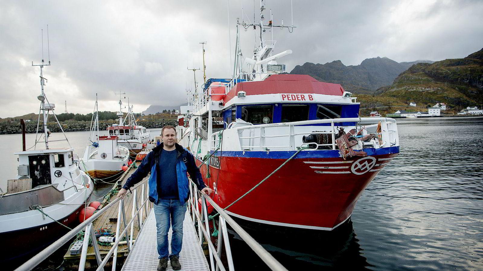 Eirik Johnsen fisker på fiskebåten «Peder B» i Moskenes havn i Lofoten. I fjor tjente han mer på å selge fiskekvoter enn å fiske.