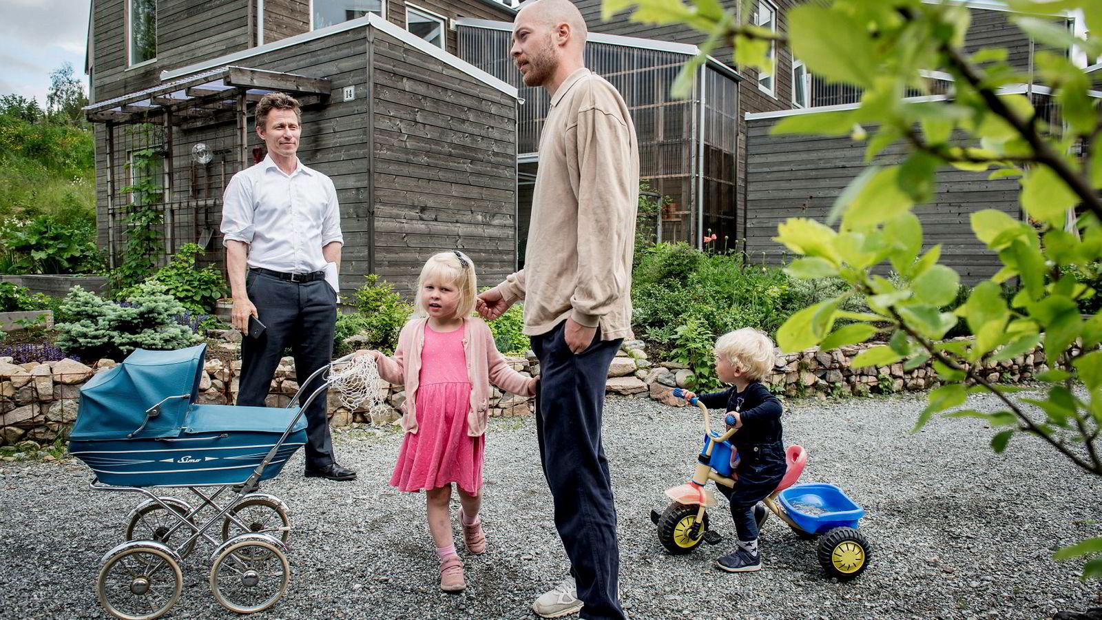 Advokat Arne Talsnes (til venstre) og naboen Bjarne Flur Kvistad er kritiske til Filago og mener mange av boenhetene har hatt mangler som utbyggerfirmaet ikke har utbedret på en tilfredsstillende måte.