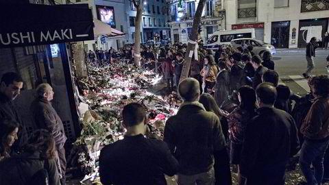 Sørgende legger ned lys og blomster utenfor kafeen La Belle Equipe i Paris, hvor 19 mennesker ble drept. Foto: Aleksander Nordahl
