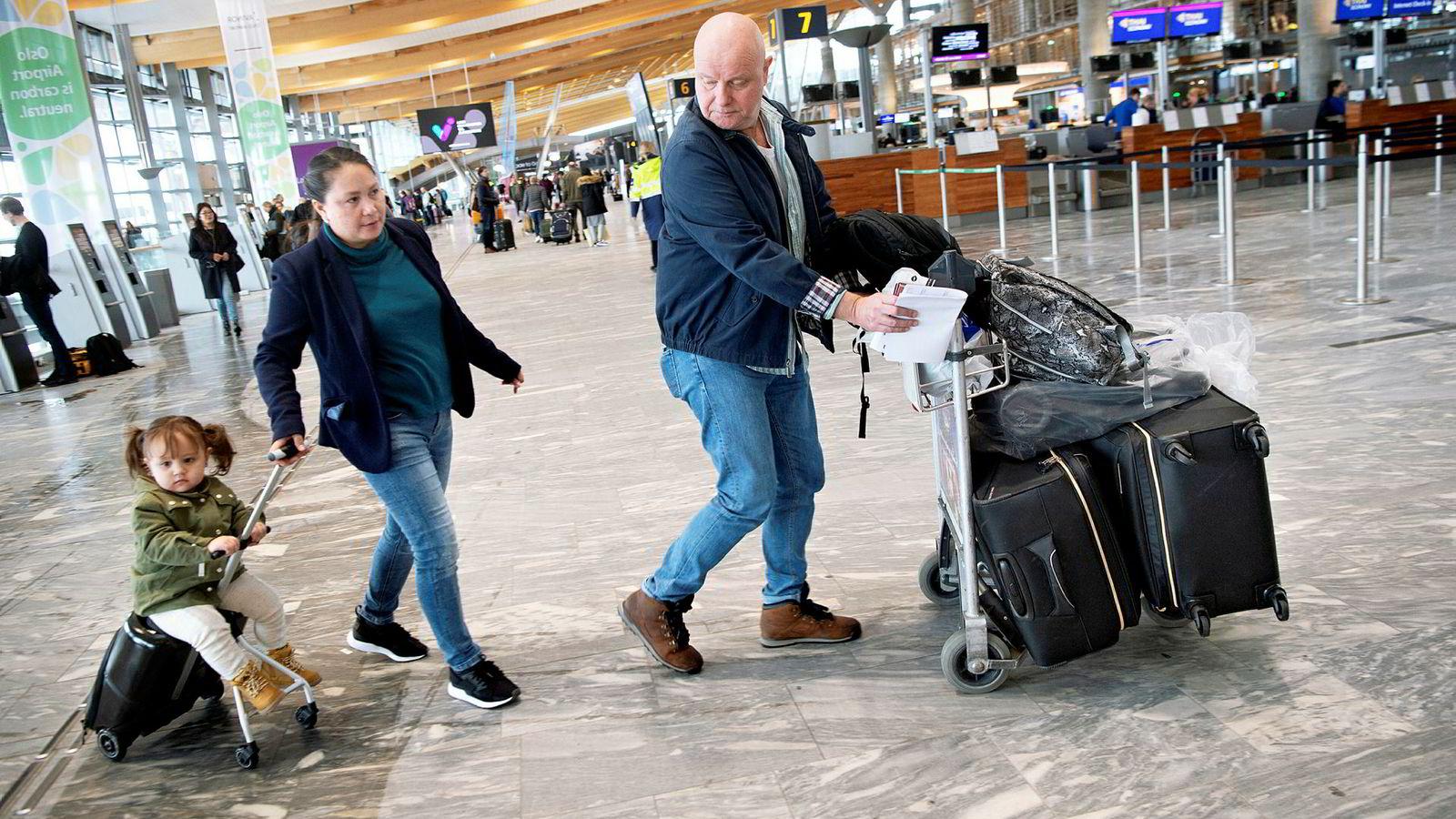 Baard Lassesen, Teresa Bernanders og datteren Evolet Marie møtte et kansellert fly til Skottland da de kom til Gardermoen onsdag.