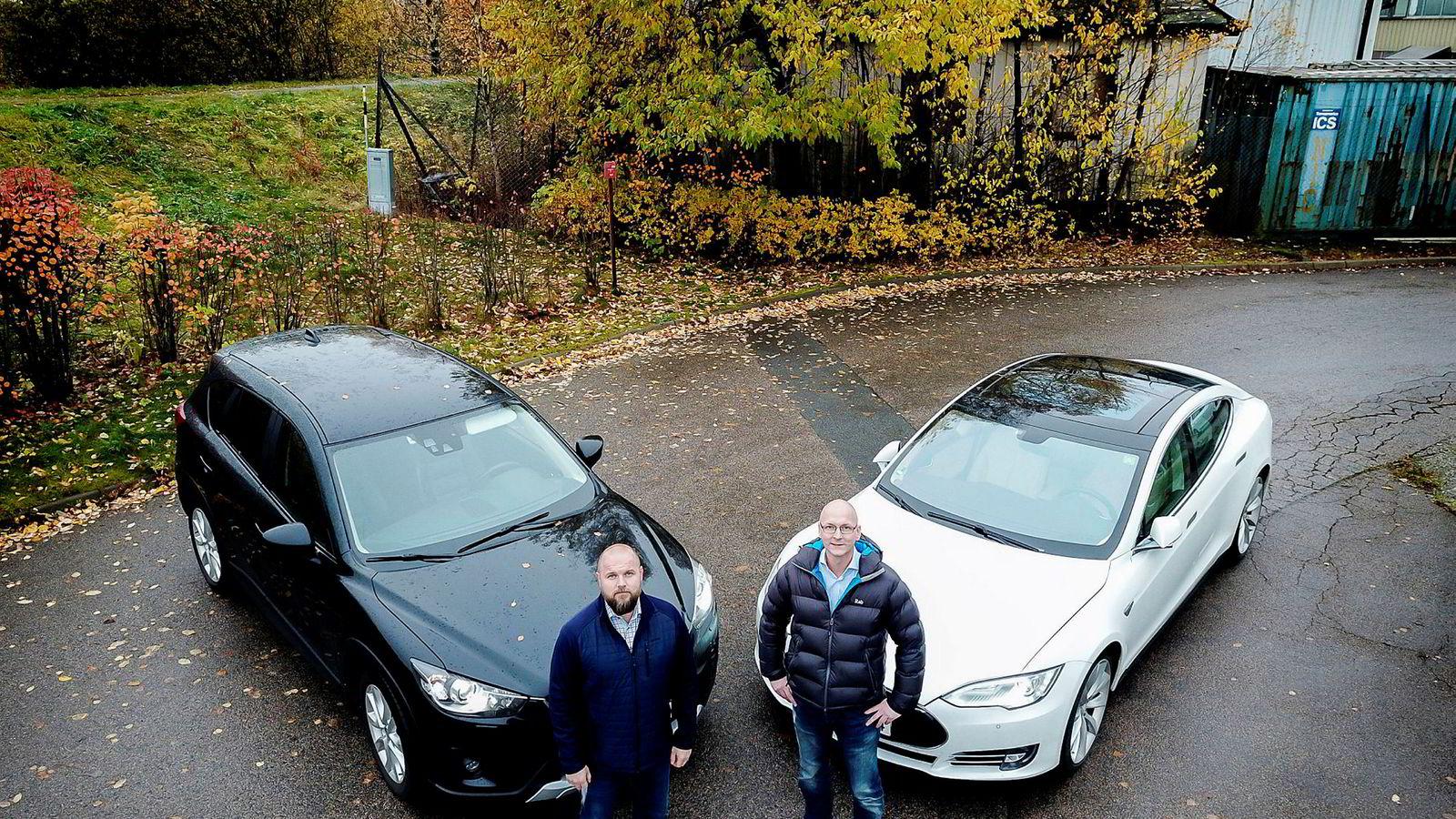 Brødrene i regnskapsfirmaet VVSFinans har beregnet hva regjeringens foreslåtte, nye firmabilskatt vil bety for dem: Per-Henrik Ruud (til høyre) må betale 57.000 kroner i skatt for sin Tesla Model S. Det er 15.000 kroner mer enn broren Ole Ruud (til venstre) må skatte av sin dieseldrevne Mazda CX-5, selv om han får fordeler som er verdt mer.