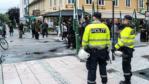 Høyreekstreme marsjerer i Kristiansand lørdag etter at søknaden om å avvikle en demonstrasjon i Fredrikstad ble avvist. Marsjen i Kristiansand er ikke omsøkt. Foto: Tor Erik Schrøder / NTB scanpix