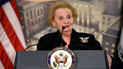 Tidligere utenriksminister Madeleine Albright er en av flere tidligere ministere som har undertegnet et opprop mot Trumps kriseerklæring. Her taler under på et arrangement i Washington i januar for to år siden.