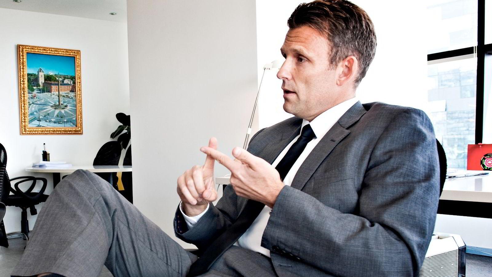 Chris A. Rynning i det børsnoterte investeringsselskapet Origo styrer 1,5 milliarder kroner fra Beijings finanssentrum. Nå kvitter han seg med dollar-investeringer.