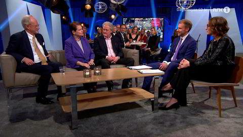Dagsrevyen fyller 60 år og feiret seg selv på lørdag med en tre timer lang jubileumssending. Her NRKs Einar Lunde (fra venstre), tidligere statsminister Gro Harlem Brundtland, Dan Børge Akreø, Atle Bjurstrøm og Ingerid Stenvold.