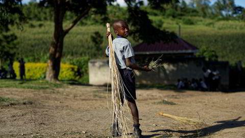 Bistandspenger som skulle gå til fattige, som denne foreldreløse gutten i Rakai, Uganda, forsvant i korrupsjon.