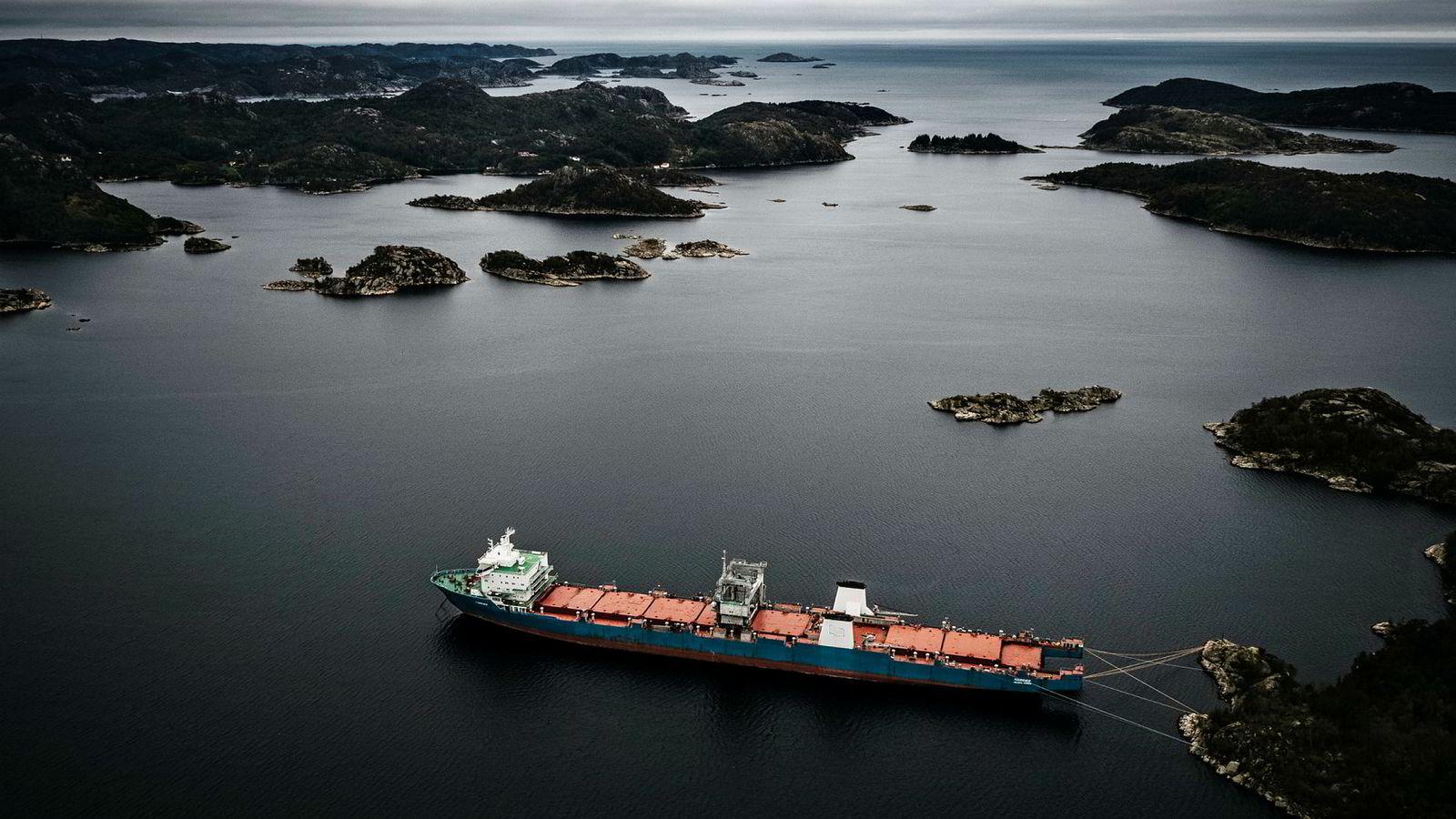 Økokrim har siktet eierne og de tidligere eierne av skipet Harrier, som forlot Norge forrige uke etter mer enn et år i Spindsfjorden. Nå er skipet på vei til lovlig opphugging i Tyrkia, hvis mannskapet følger pålegget til Miljødirektoratet.