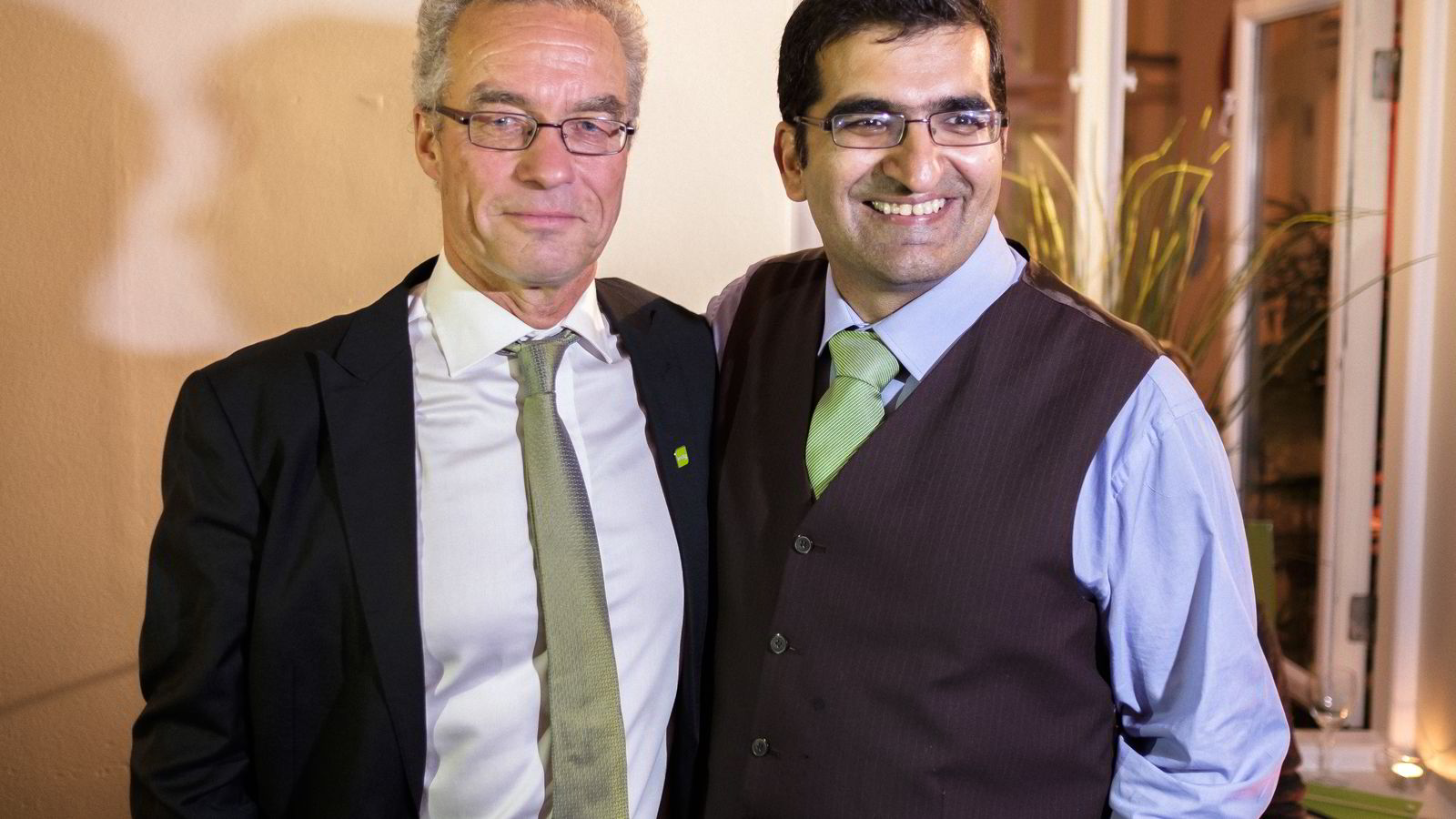 Stortingsrepresentant Rasmus Hansson og ordførerkandidat Shoaib Sultan for Miljøpartiet De Grønne. Her fra valgvaken mandag.