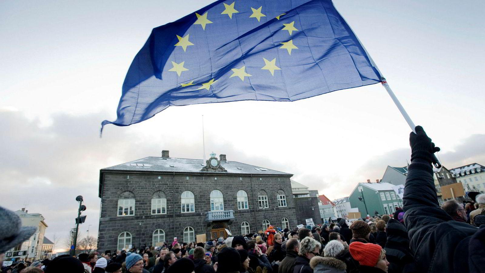 I forbindelse med finanskrisen 2008 tok folk til gatene for å demonstrere mot både havarerte banker og den harde finanspolitikken som rammet folk hardt. Det førte blant annet til at oppslutningen om å søke medlemskap i EU økte i en periode.