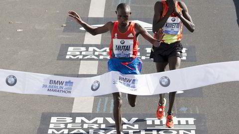 Totimersmenn? I 2012 vant Geoffrey Mutai Berlin Marathon på 2.04.15, ett sekund foran Dennis Kimetto, som ifjor revansjerte seg og satte ny verdensrekord på 2.02.57. De to kenyanerne er blant dem som med mest realisme drømmer om å sprenge totimersgrensen. Foto: Thomas Peter / Reuters