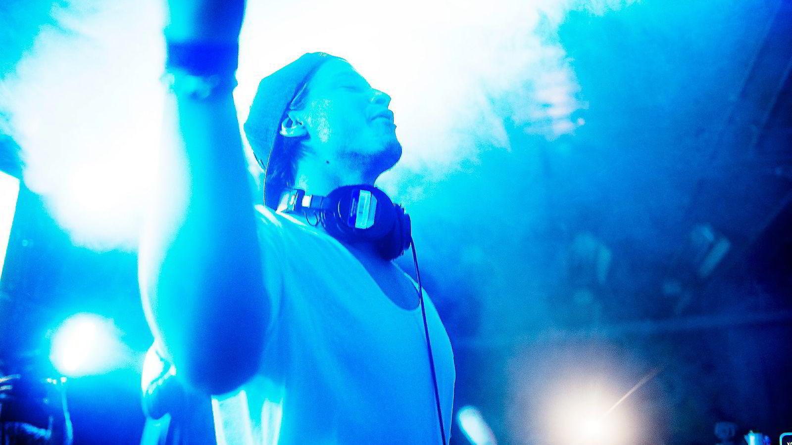 Kyrre Gørvell-Dahll (23), på scenen under en konsert i Warszawa, Polen.               FOTO: Luca Kleve-Ruud