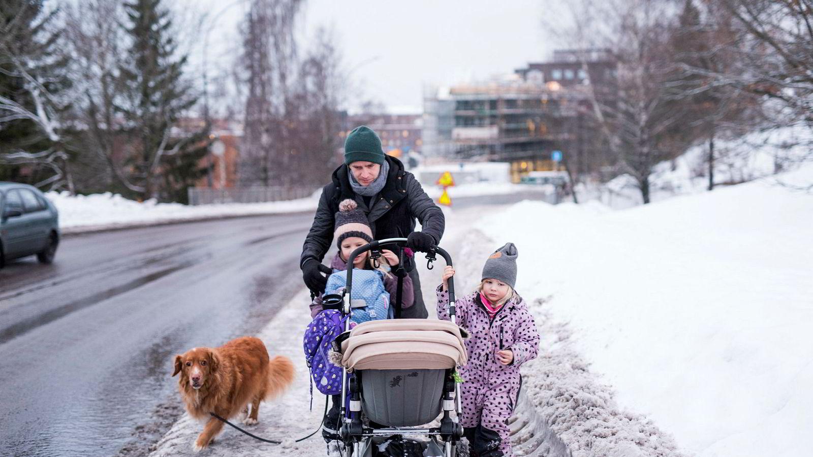 Trebarnsfar og pappablogger Ole Morten Knudsen har pappaperm og er hjemme med sønnen Frans (1) mens døtrene Thelma (6) og Ellie (4) skal på skole og i barnehage. Hunden Julius (10) følger med.