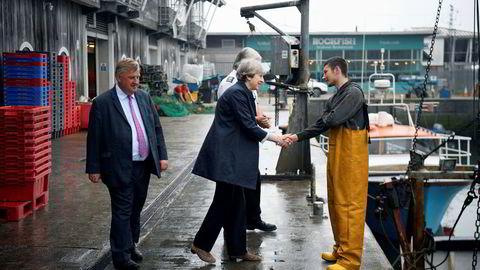 Storbritannias statsminister Theresa May var ute på frierferd onsdag. Her møter hun Carl Hatton, som jobber på en fiskebåt i Plymouth sørvest i England.