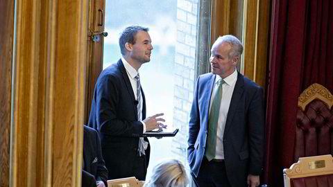 KrF-nestleder Kjell Ingolf Ropstad i samtale med Høyres Jan Tore Sanner ved fremleggelsen av statsbudsjettet.