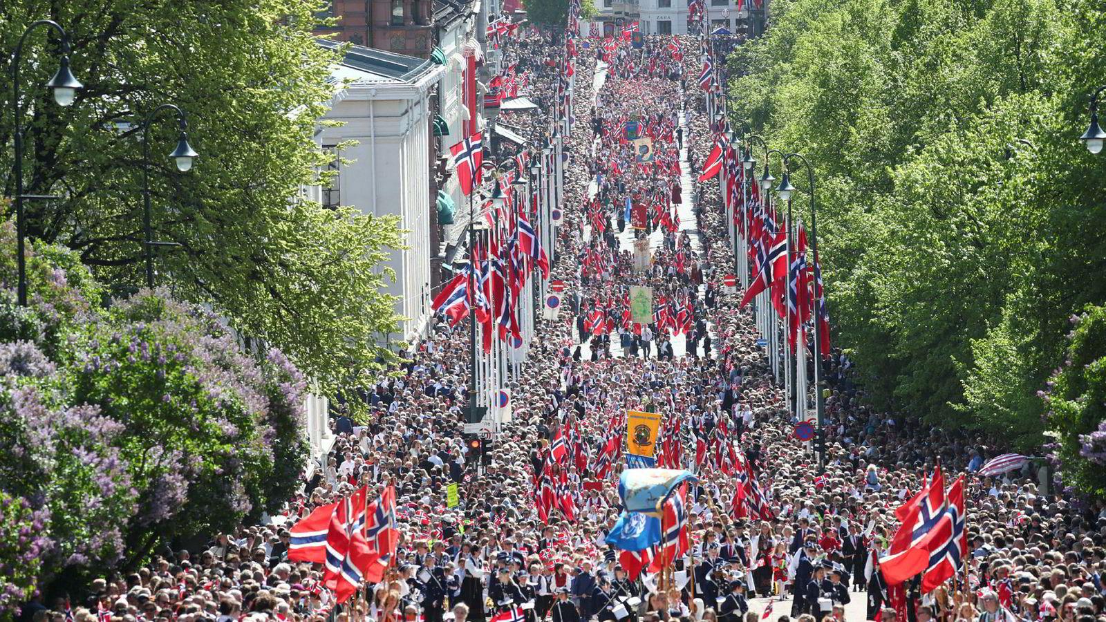 17. mai-feiringen ga betalingstjenesten Vipps problemer for mange. Her fra Karl Johans gate i Oslo.