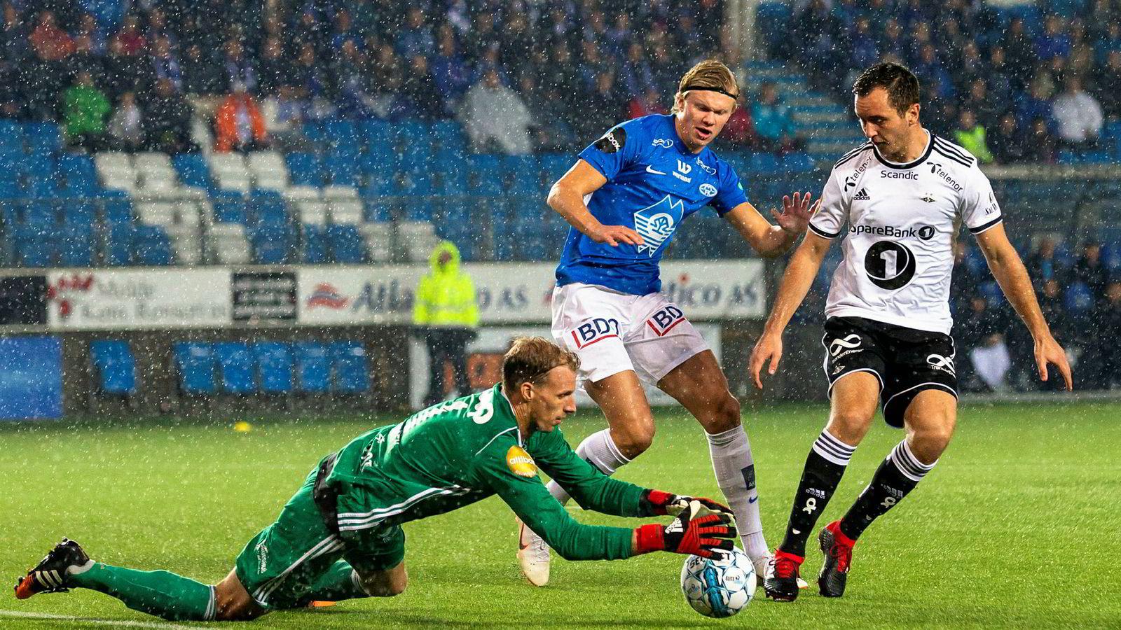 Flere eksperter mener seriegullet går til enten Rosenborg eller Molde i år. Her fra fjorårets kamp mellom de to fotballbyene. Rosenborgs keeper André Hansen (fra venstre) og Even Hovland i duell med daværende Molde-spiller Erling Braut Haaland.
