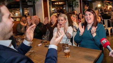Ordførerkandidat Marlene Bråthen (til høyre) feirer gode tall for Senterpartiet i Tromsø, i lag med stortingsrepresentant Sandra Borch og Mats Jacobsen i Tromsø Senterparti.