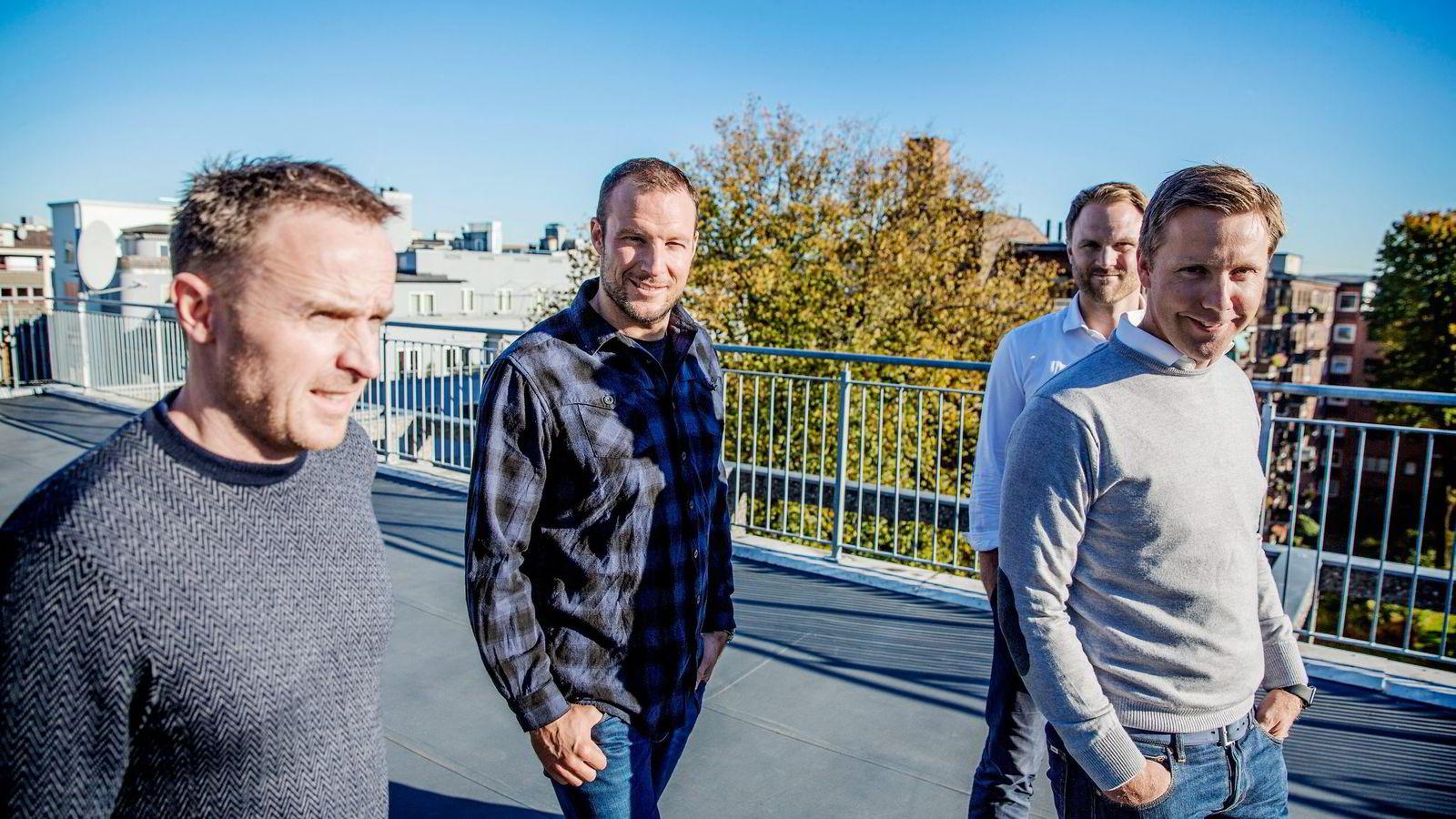 Alpinist Aksel Lund Svindal (i rutete skjorte) har investert i Norselab. Her med grunnleggerne  Christian Lundvang (fra venstre), Yngve Tvedt og selskapets sjef Kjetil Olsen. Foto: Fredrik Bjerknes