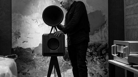 Mange talenter. Jonathan Weiss lager noen av verdens mest eksklusive og eksentriske hi-fi-komponenter. Her med sin minste og rimeligste høyttaler, gitt det noe misvisende navnet Mini, under et arrangement i Oslo.