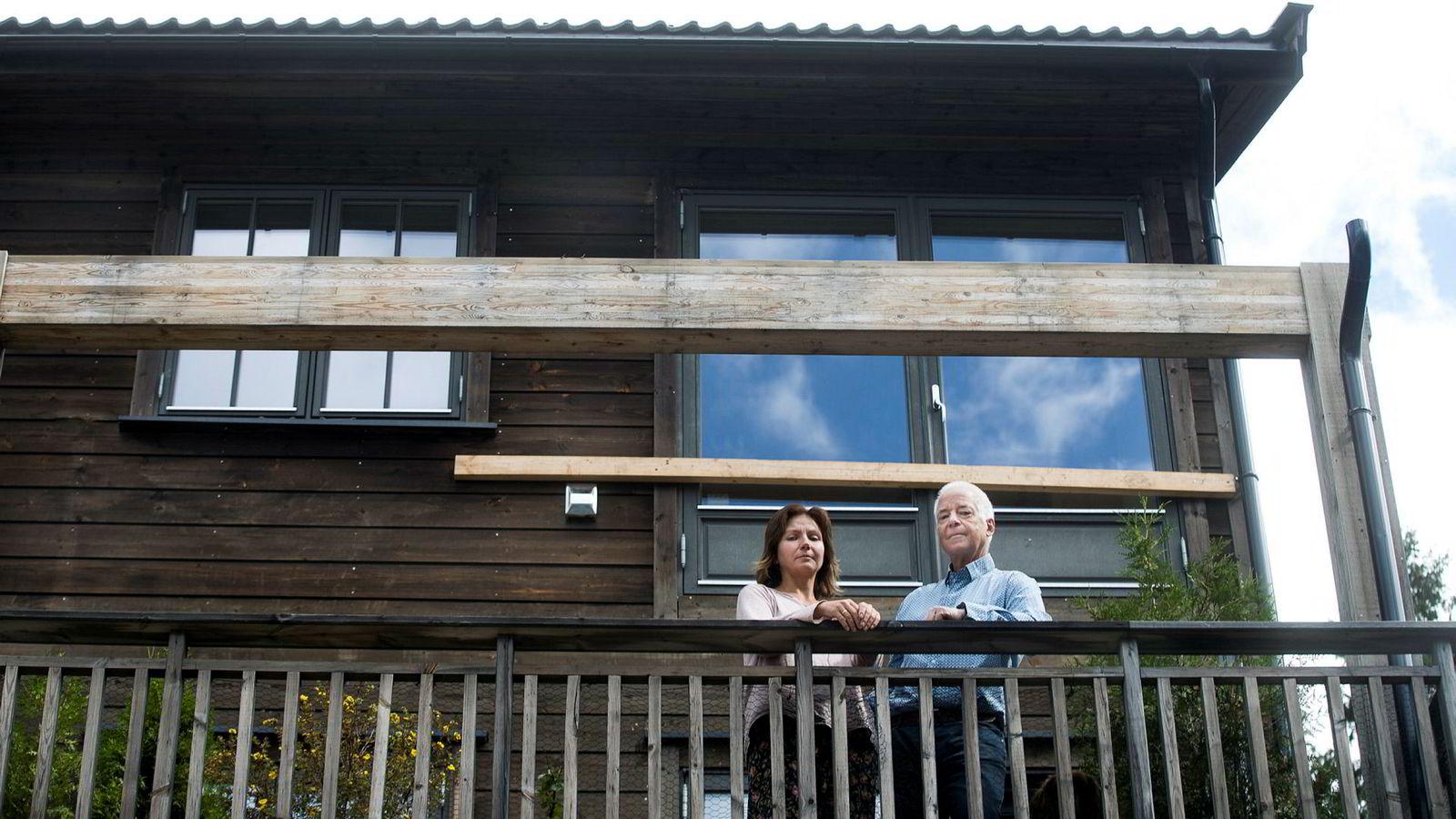 Aslak og Anna Poppe opplevde i april at verandaen i etasjen over ramlet ned bare timer etter de selv hadde sittet på sin egen. De vant sin sak i Oslo tingrett, men mener motparten slapp for billig unna.