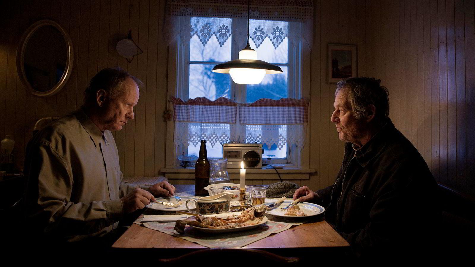 Stellan Skarsgård og Bjørn Floberg spiller hovedrollene i den norske filmen «Ut og stjæle hester» som har premiere 8. mars. Produksjonsselskapet bak filmen, 4 1/2 Fiksjon as, har nettopp hentet to millioner kroner i likviditetslån.