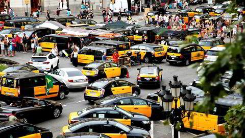 Taxisjåfører i Barcelona streiket i sommer i en protest mot at myndighetenes har godkjent tusenvis av løyver til private transporttjenester som Uber og spanskeide Cabify.