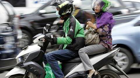 Transportdelingstjenesten Uber har forsvunnet fra Asia. Lokale selskaper har overtatt med tilbud som er mer tilpasset lokale forhold med blant annet motorsykkeltransport. Grab og Go-Jek kjemper om markedsandeler i Sørøst-Asia.