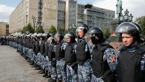 En stor gruppe opprørspoliti var kalt ut for å stanse demonstranter i Moskva lørdag