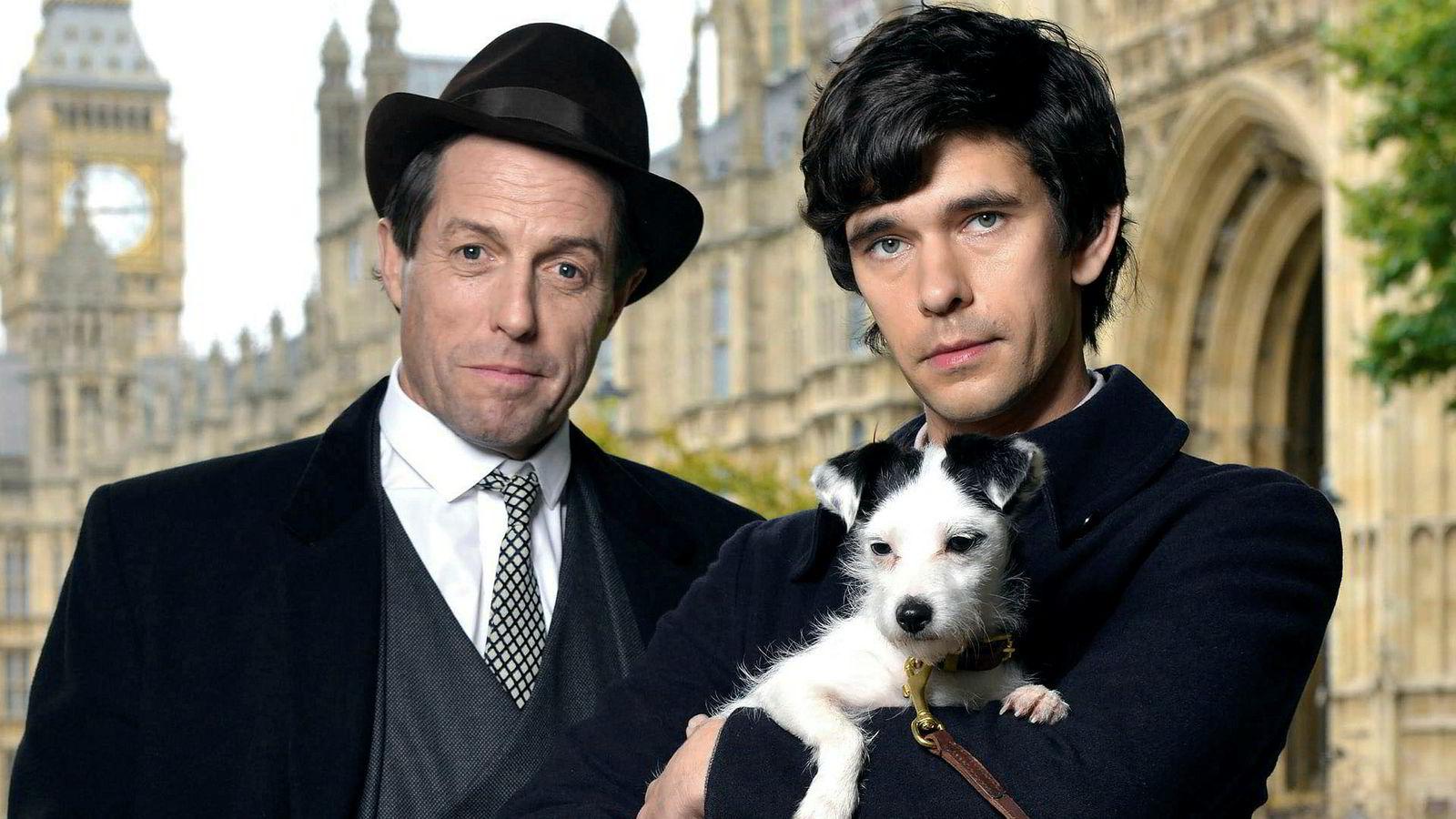 Hugh Grant (til venstre) har rollen som Jeremy Thorpe og Ben Whishaw spiller Norman Scott. Det er brutalt moro når «Ein engelsk skandale» ruller opp en av britisk politikks pikante affærer.