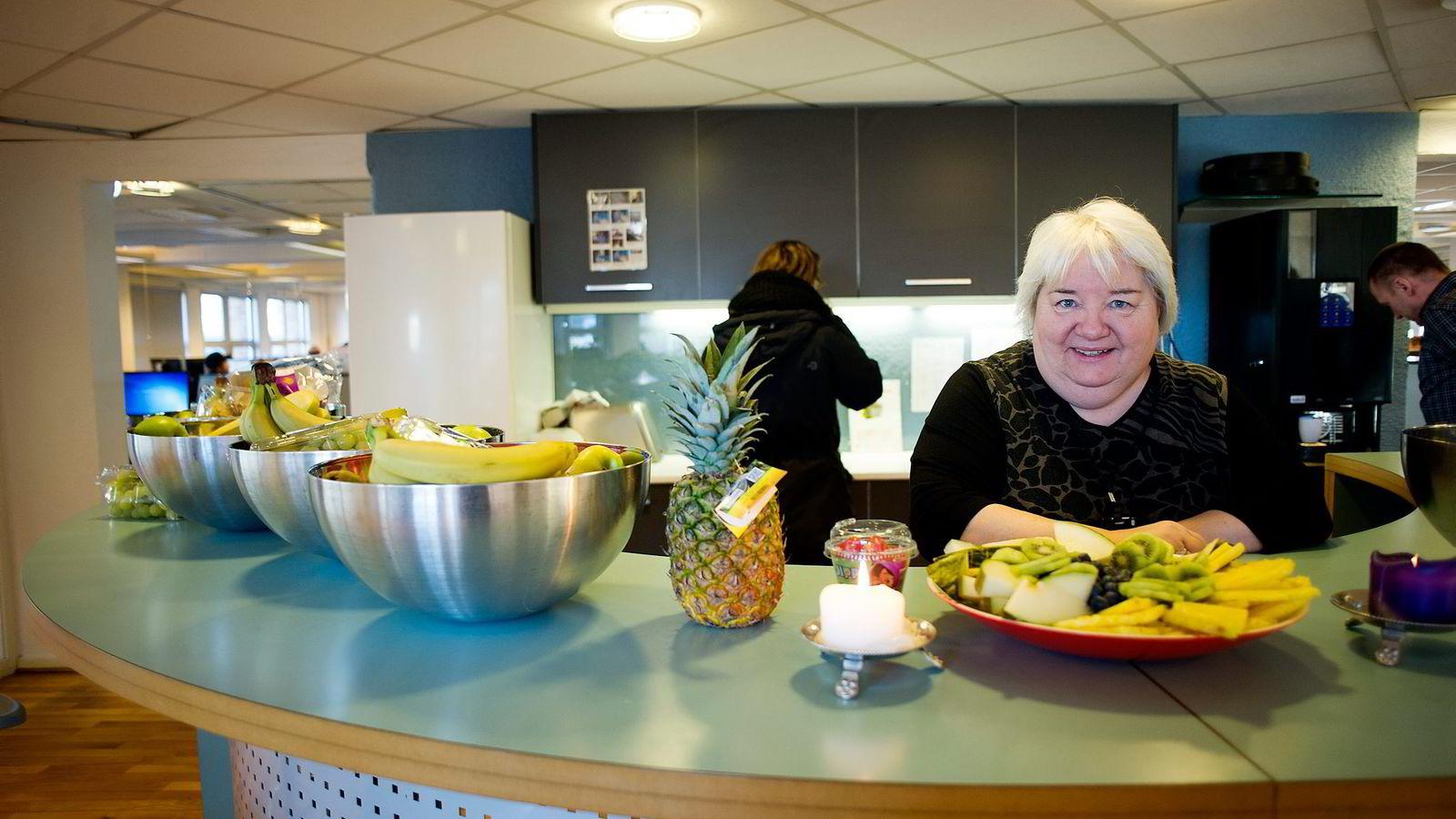 På Hafslund Kundesenter var seniormedarbeider Inger Andresen med på å ta tak i godterivanene. Nå går det mer i frukt for de ansatte.
