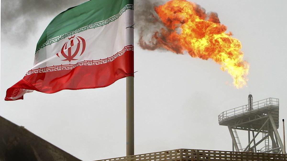 Oljeproduksjon fra Soroush-feltet i Iran, med landets flagg i forgrunnen. Atomforhandlingene med Iran fører til at oljeprisen presses ned. Foto: REUTERS/
