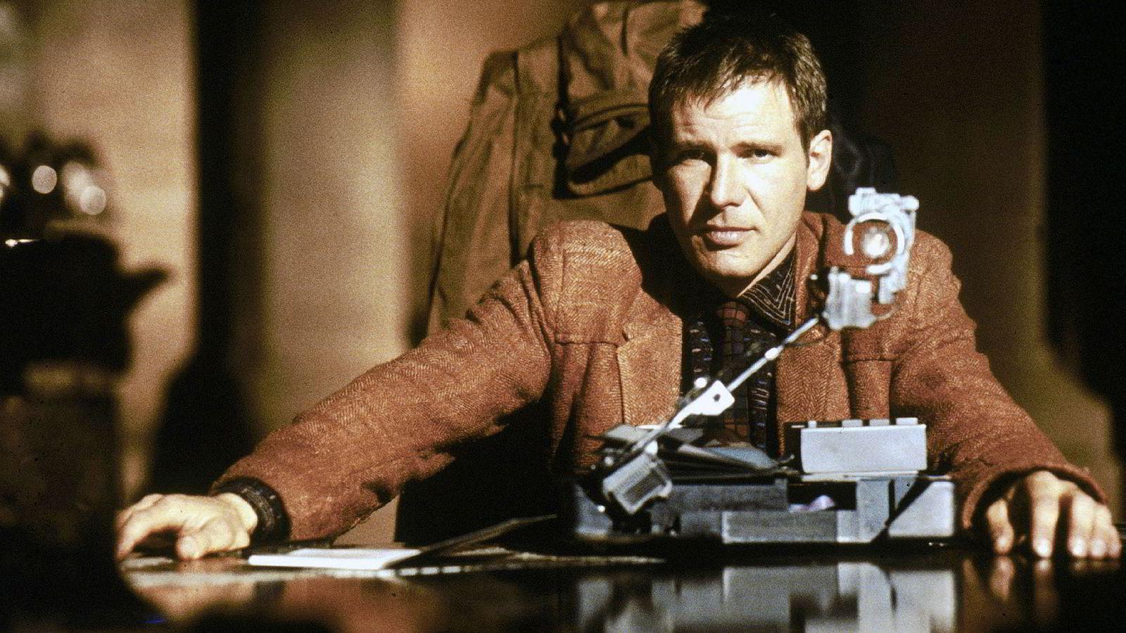 I Hollywood-filmer, som for eksempel Ridley Scotts Blade Runner fra 1982, illustreres kunstig intelligens som dystopiske maskiner der maskinene blir mer intelligente for hver generasjon.