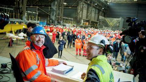 Kværners konsernsjef Jan Arve Haugan (tv) og Statoil direktør for prosjektutvikling Torger Rød signerer milliardkontrakt på opprustning av Njord A-plattformen.