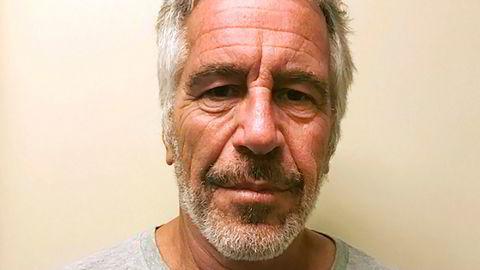 Jeffrey Epstein satt varetektsfengslet, anklaget for menneskehandel og seksuelle overgrep mot unge jenter gjennom en årrekke.