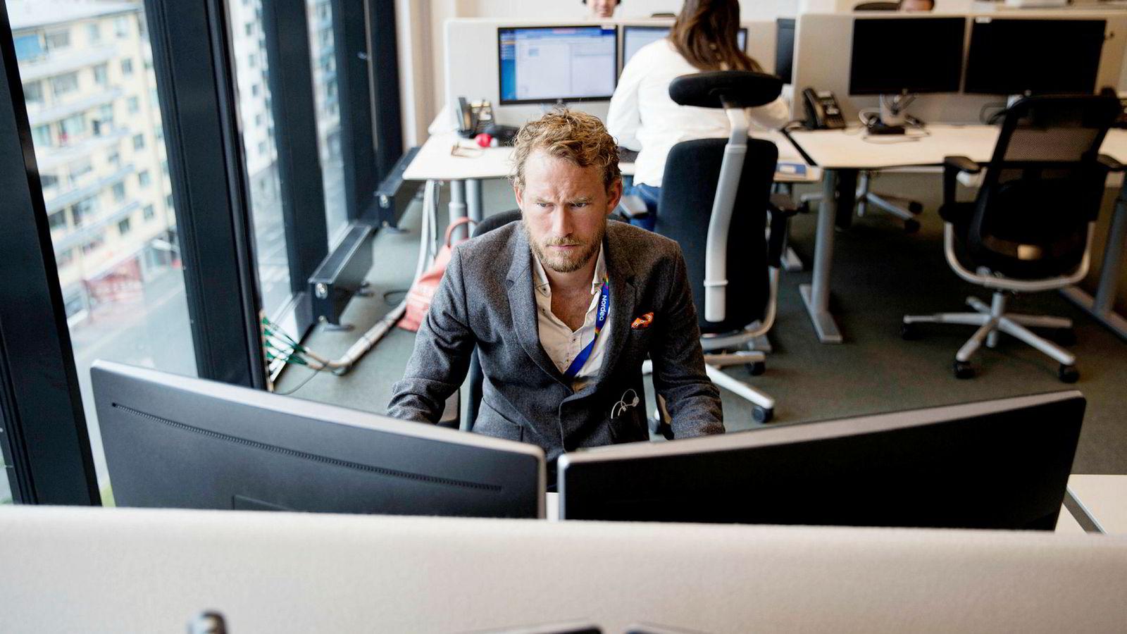 Sondre Havneraas (30) er en av rundt 40 AI-trenere i Nordea. Han lærer chatroboten Nova å kommunisere som et menneske.