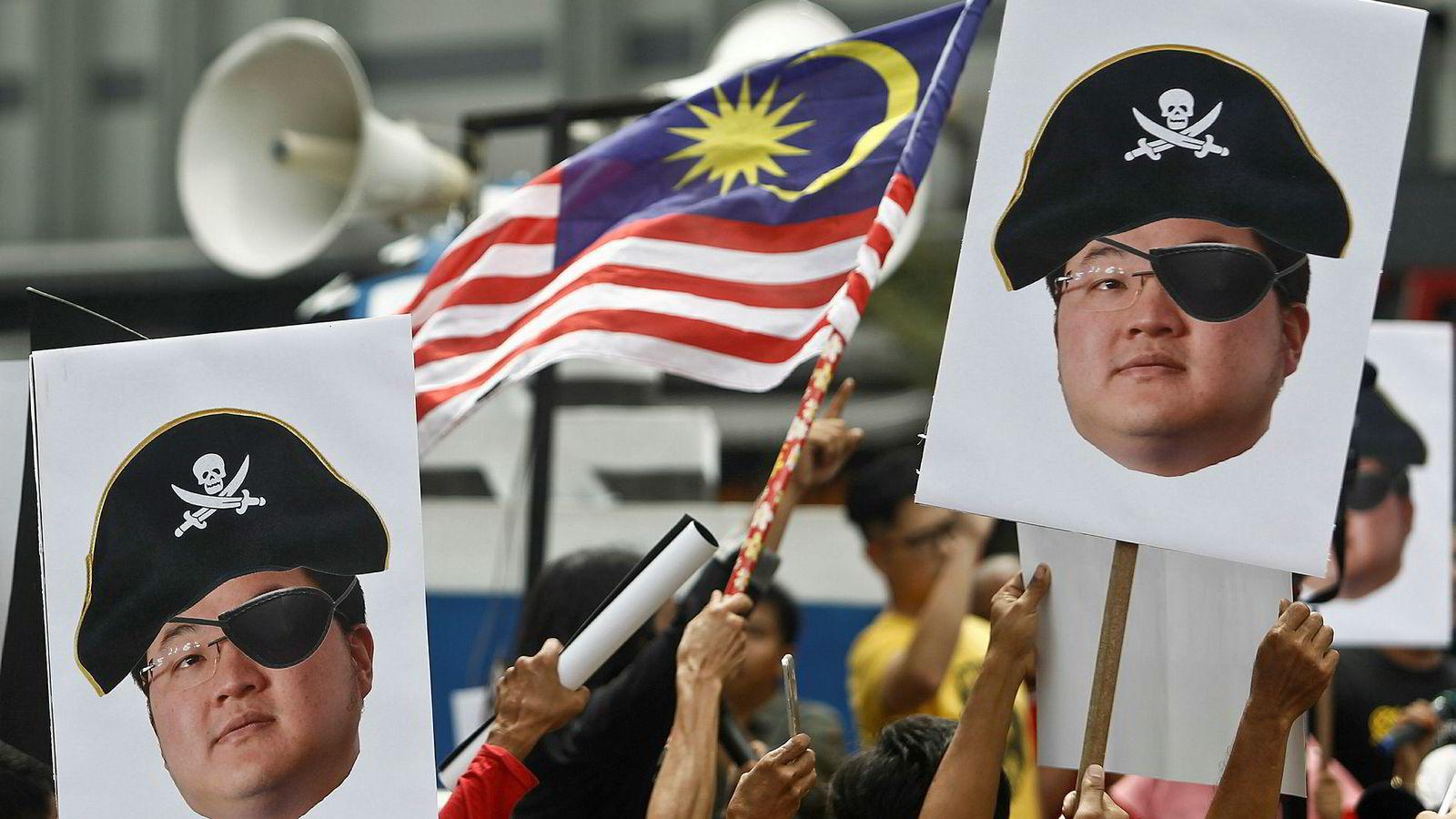 Den malaysiske finansakrobaten Low Taek Jho er på rømmen og ettersøkt over hele verden. Han er tiltalt for hvitvasking og underslag. Den tidligere toppsjefen for Goldman Sachs i Sørøst-Asia har erklært seg skyldig og akseptert en bot på over 43 millioner dollar.