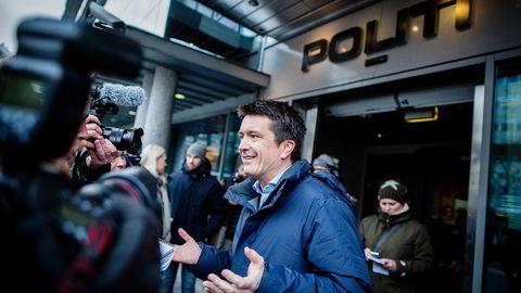 Her er Rema-sjef Ole Robert Reitan på vei inn til Sentrum politistasjon i Oslo for å anmelde butikker han mener driver på kant med loven