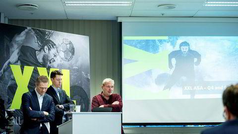 Pulsklokka på XXL-aksjen har svingt i takt med de sportslige resultatene til kjeden. Her forteller XXL-gründer Øivind Tidemandsen om strategien som skal snu den dårlige trenden, mens finansdirektør Stein Eriksen og konstituert toppsjef Tolle Grøterud venter på å få presentasjonen overstått.