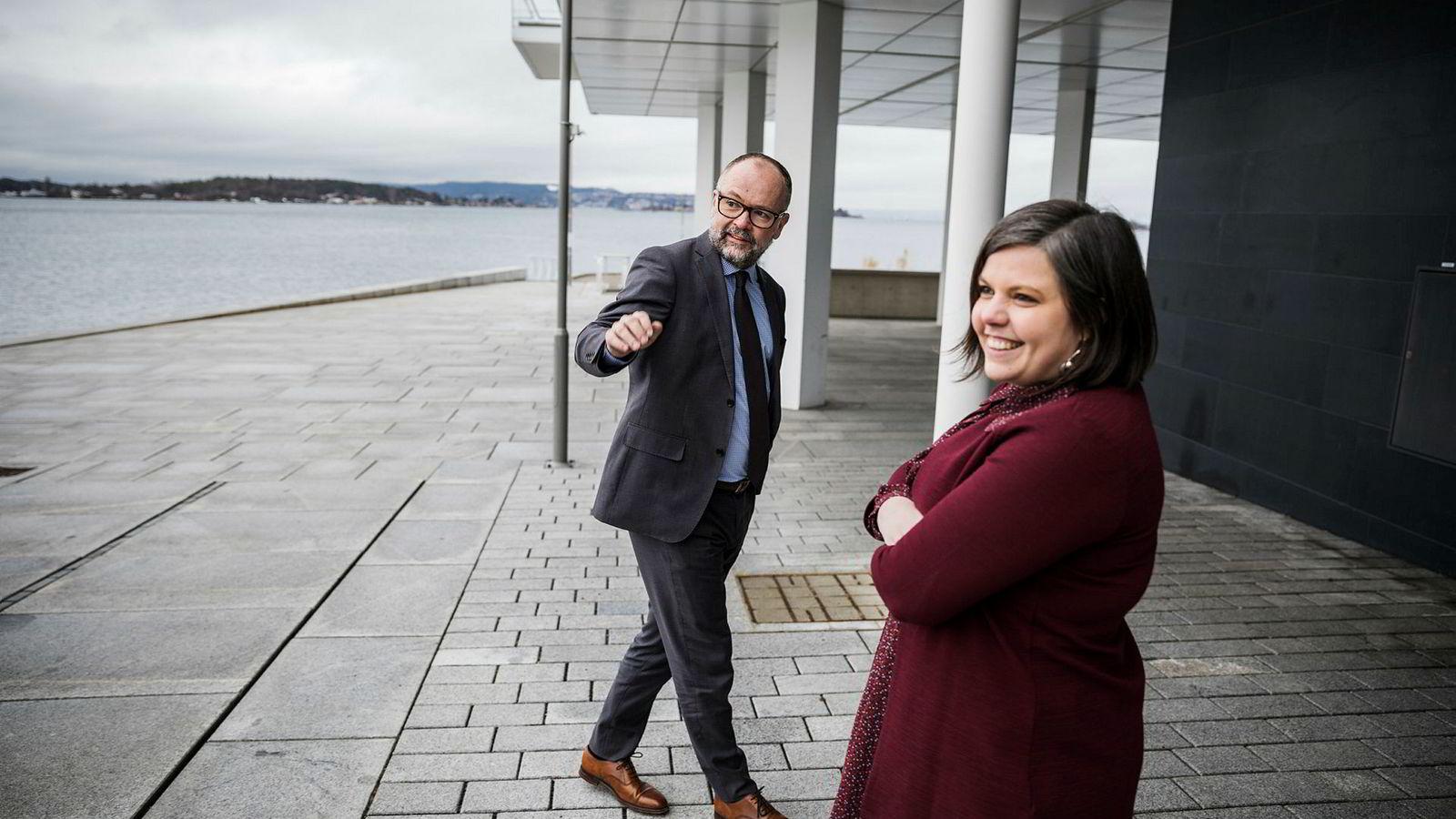 Ledende partner Are Slettan og styremedlem og partner Kaia Tetlie i Corporate Communications utenfor kontorene på Tjuvholmen.