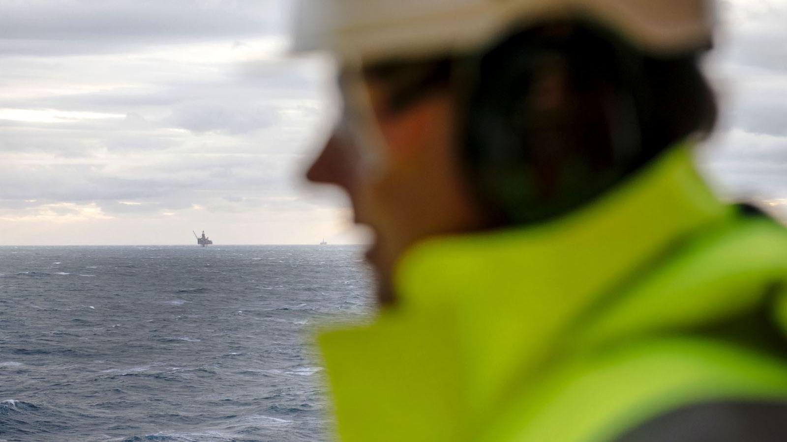 FLRE LEDIGE. Oljesmellen brer om seg. Onsdag varslet riggselskapet COSL at 229 må gå etter at Statoil kansellerte en kontrakt.