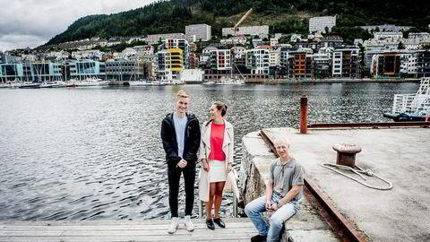 Studentene Lars-Thomas Larsen (20) og Kari Anne Kamlund (21) har fått plass ved landets eneste sivilingeniørstudium i havbruk og sjømat. Her med professor Sigurd Stefansson ved Institutt for biologi på UiB.                    Begge foto: Gorm K. Gaare