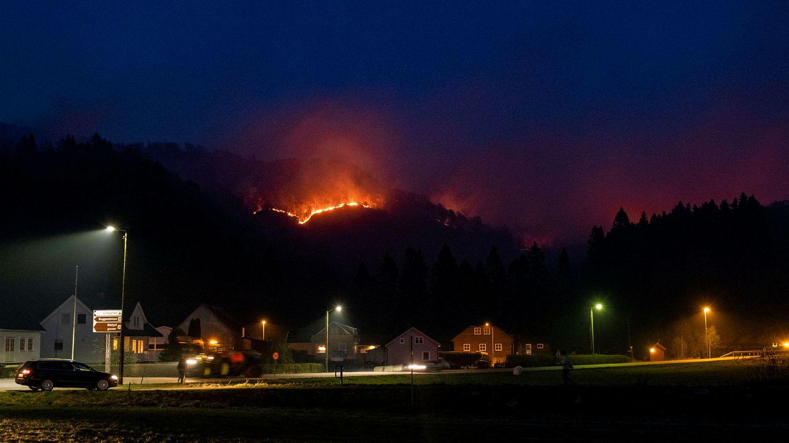 Det brenner fortsatt onsdag morgen ved Åmot i Sokndal.