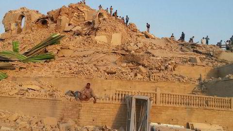 ØDELAGT: Mennesker går gjennom restene av en moské i Mosul, Irak. Foto: