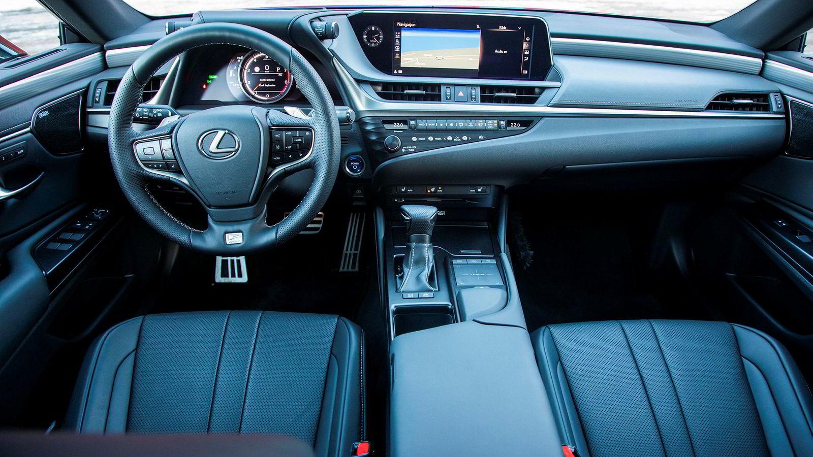 Lexus ES 300h byr på markedets beste seter og bra materialkvalitet.