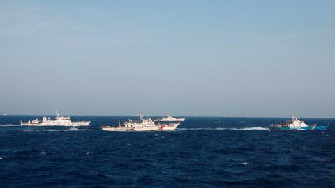 KINA: Et skip fra kystvakten i Vietnam ses nær et kinesisk fartøy i Sør-Kina-havet.