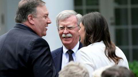 USAs sikkerhetsrådgiver John Bolton (midten) sammen med utenriksminister Mike Pompeo og Det hvite hus' talsperson Sarah Huckabee Sanders.