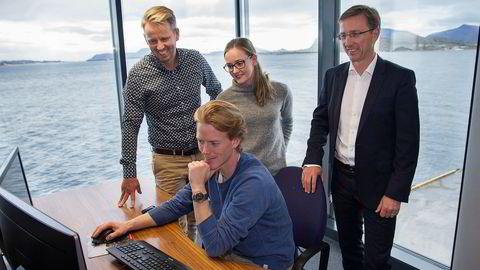 Satsing på design har hjulpet verftskonsernet Vard med å være tidlig ute i konkurransen om nye markeder og kunder. Her diskuterer konsernsjef Roy Reite (til høyre) en ny løsning med leder for Vard Design, Erik Haakonsholm (til venstre) og Mads Gausdal (sittende) og Emilie Knardal fra designavdelingen.